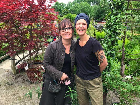 Sara och Kerstin i plantskolan.