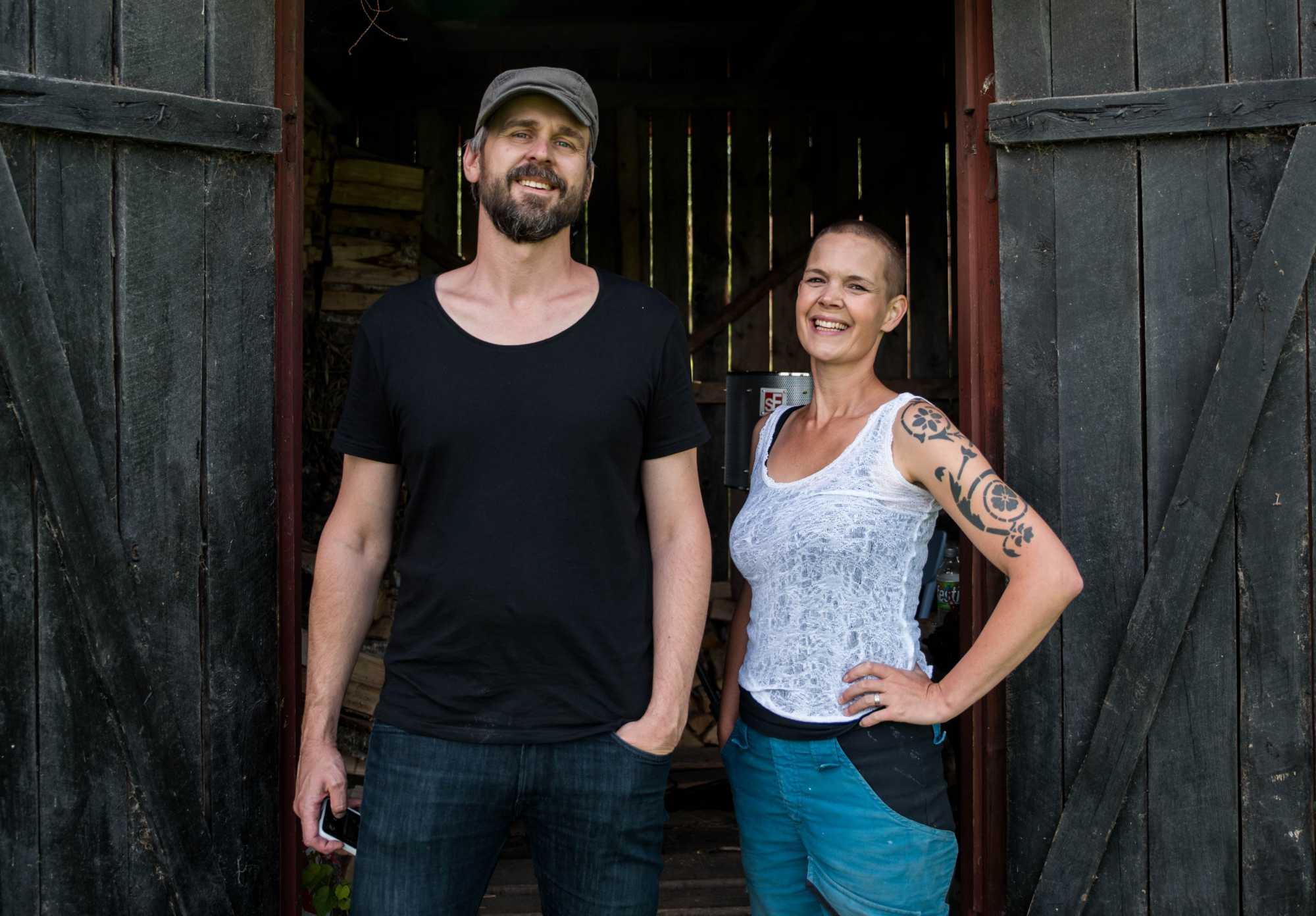 Sara och Johannes står framför en vedbod