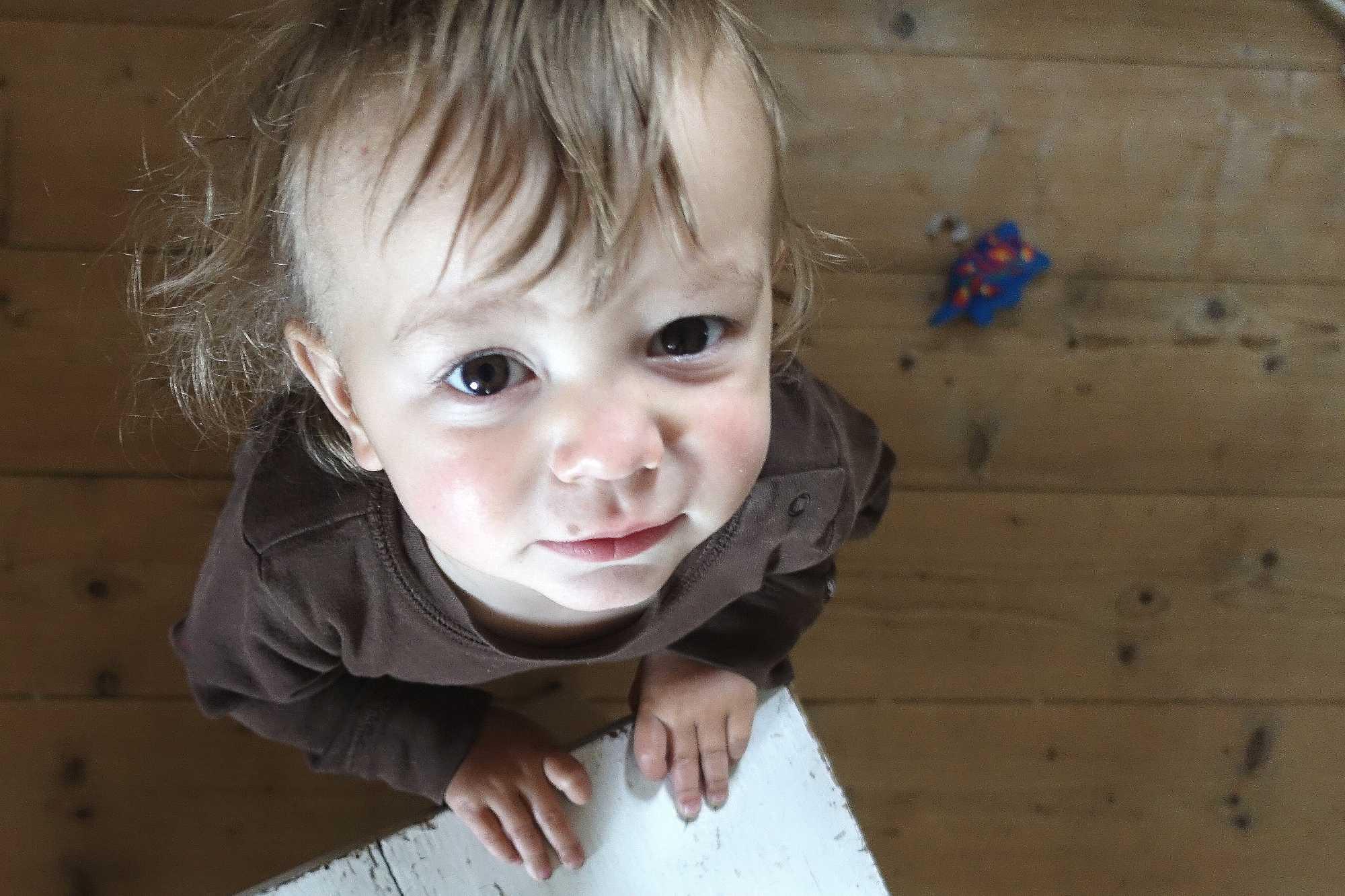 Ett litet barn fotograferat ovanifrån.