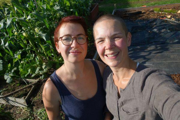 Två tjejer som står bredvid varandra.