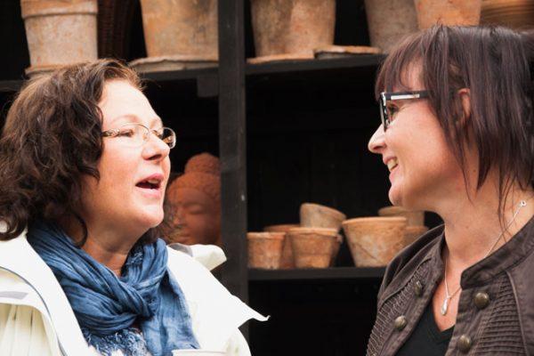 Lena är en av mina mest hängivna läsare och jag är så glad att hon kom. Här pratar hon med Kerstin på Klockaregården.