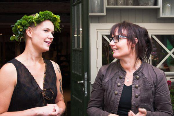 Sara och Kerstin står bredvid varandra.