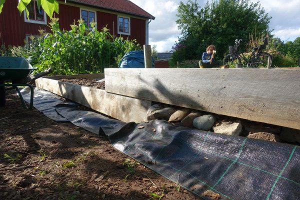 En träsarg över markduk.