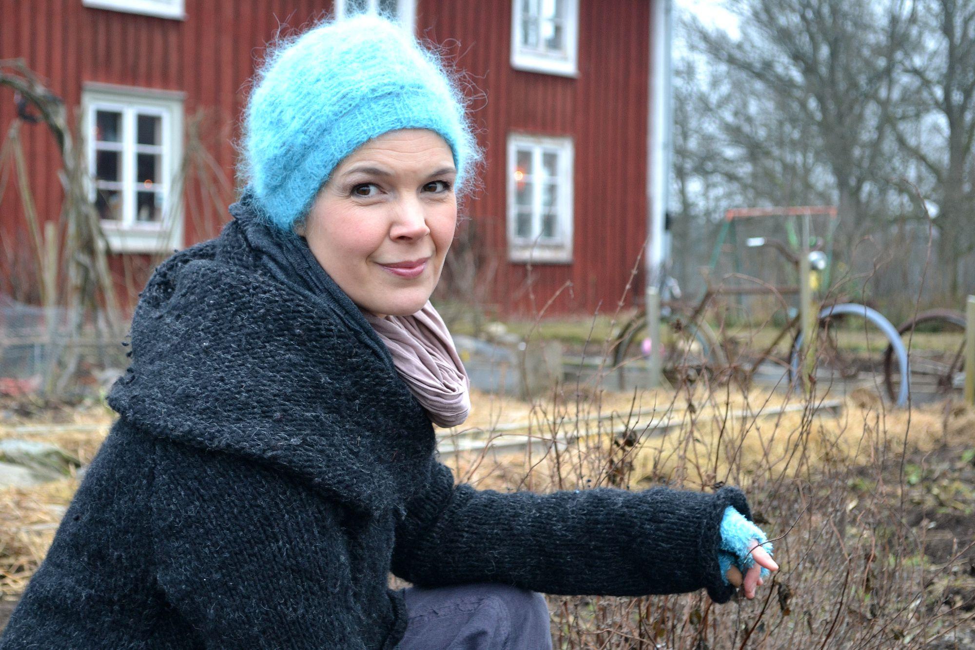 Sara Bäckmo i trädgården